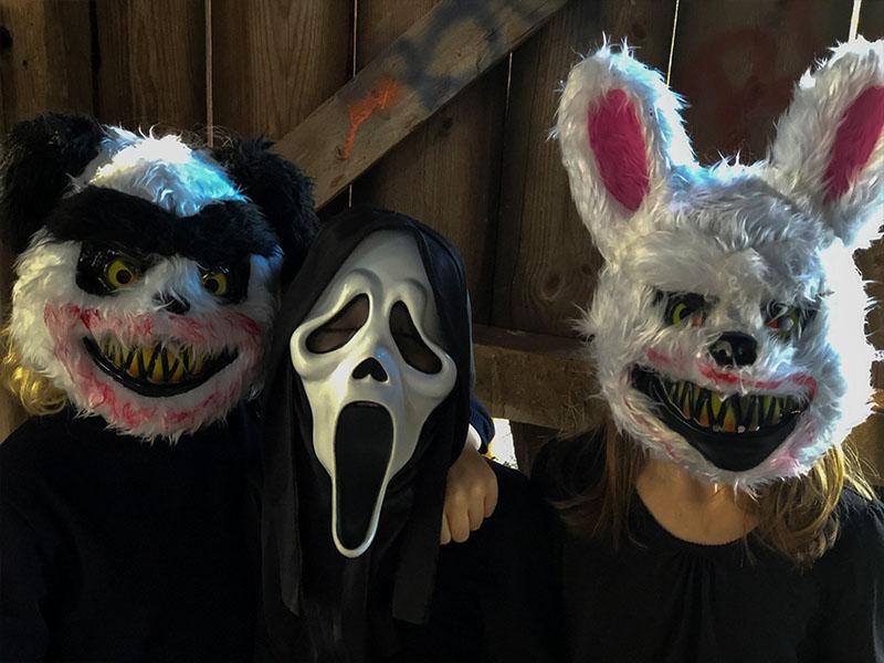 Tre vänner utklädda till halloween
