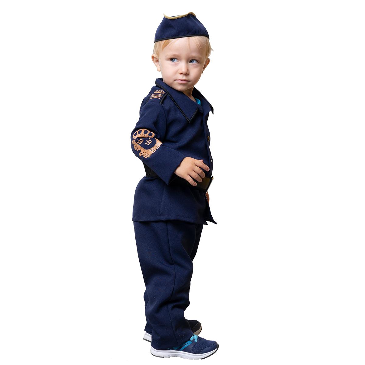 pojke i polisdräkt